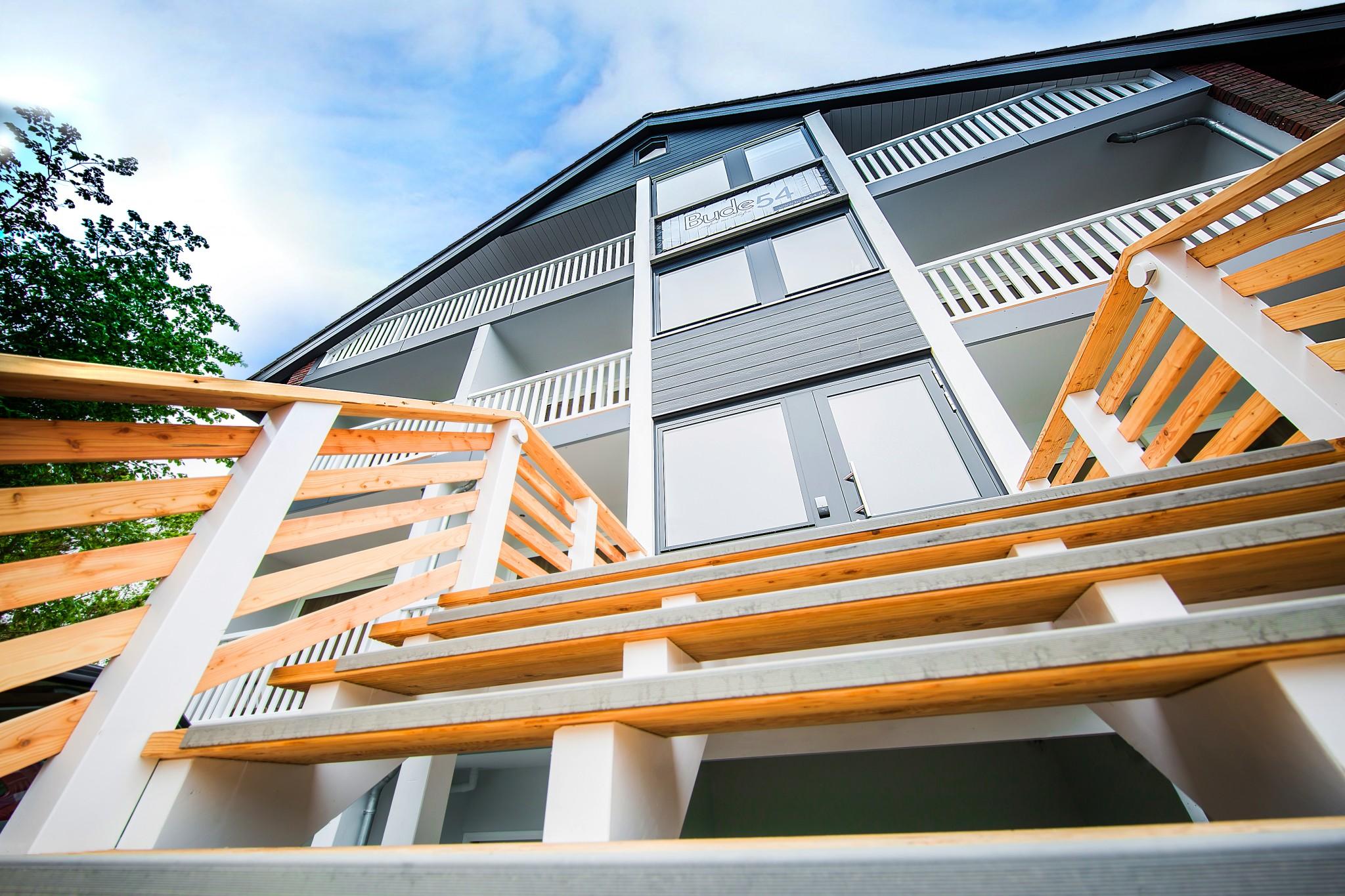 Hotelfassade mit großer Treppe und Balkonen