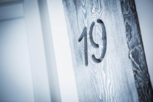 Plansch Bude - in graues Holz gefräste Zimmernummer