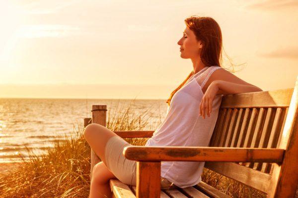 Frau im Sonnenaufgang in ST. Peter-Ording bei der Bude54