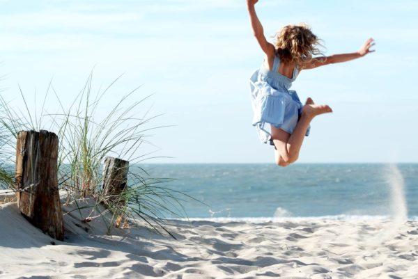 Glückliche Frau am Strand von St. Peter-Ording bei der Bude54