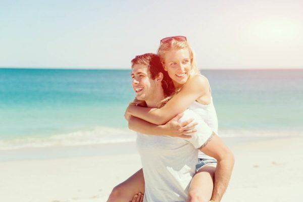 Paar im Sommer in St. Peter-Ording bei der Bude54